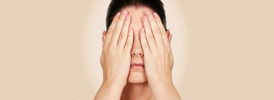 Cuidados com a pele: tônico adstringente para prevenir a acne
